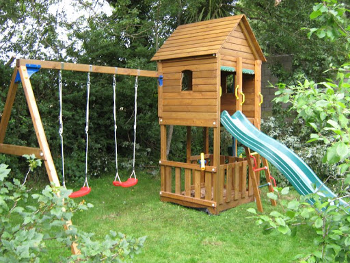 Backyard dog playground ideas design and ideas for Small backyard ideas for kids