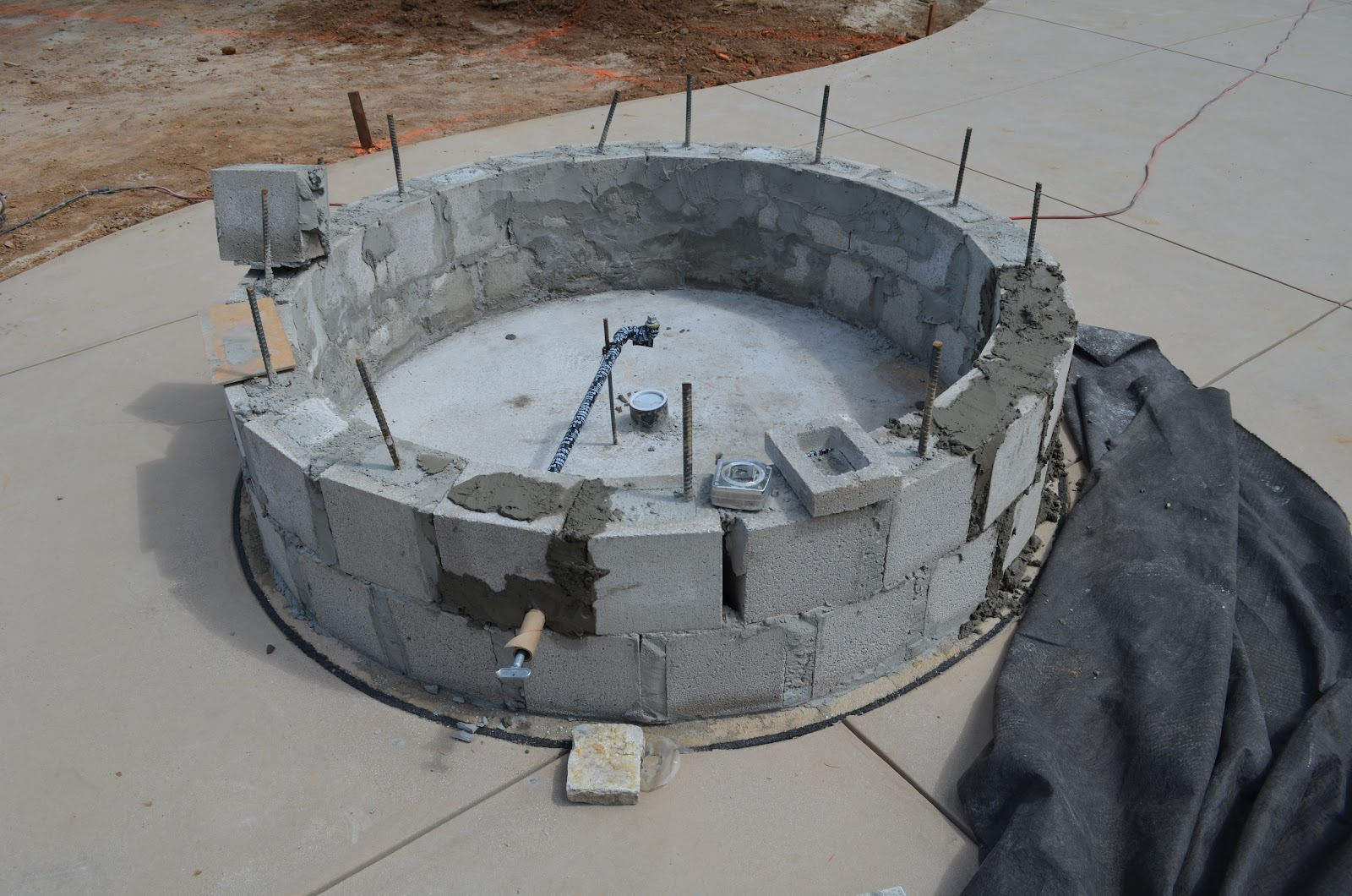 Round cinder block fire pit design and ideas for How to build a fire pit with concrete blocks